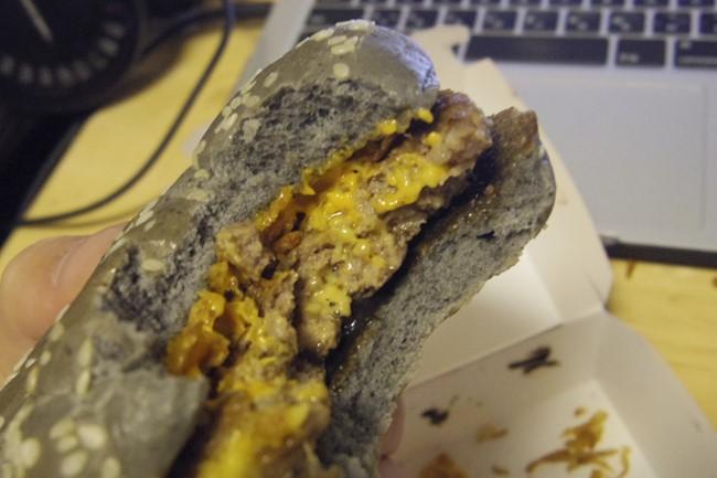 インパクト最強!マクドナルドの真っ黒な「イカスミバーガー」は普通に旨い
