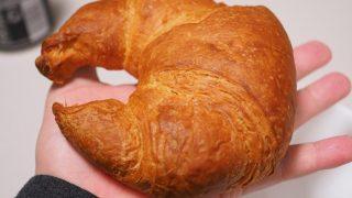コストコの巨大「バタークロワッサン」はシンプルな味でサンドイッチなどに最適?